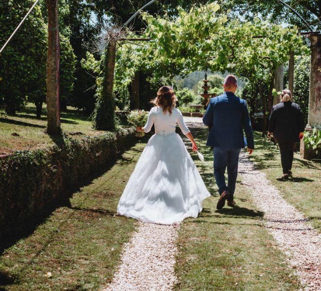 novia-caminando-hacia-la-ceremonia