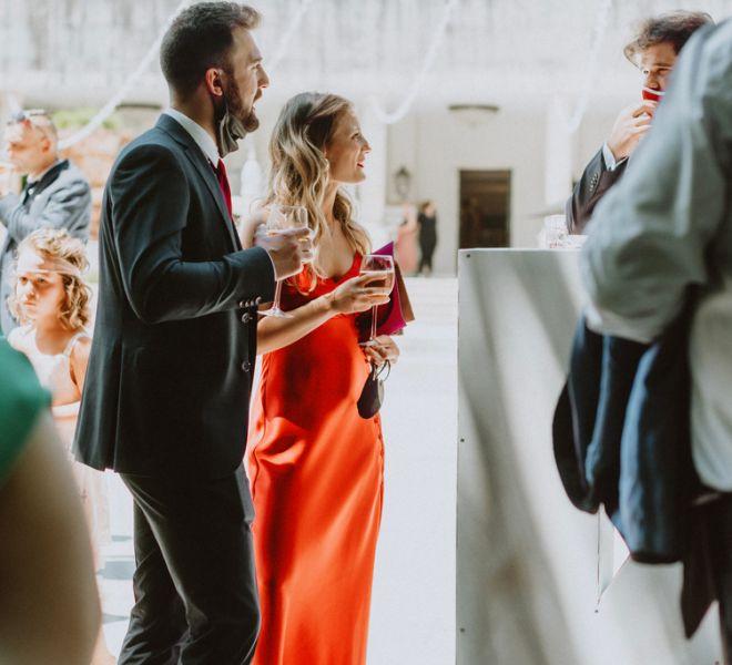 invitados-disfrutando-del-aperitivo-boda-pazo