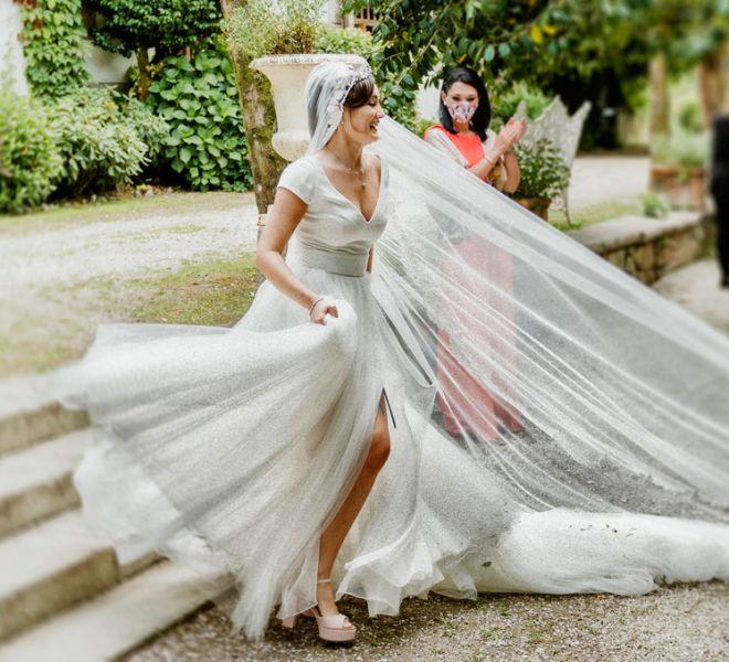 la-novia-baila-con-su-vestido-en-los-jardines-de-pazo-do-tambre