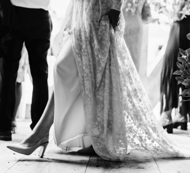 la-novia-caminando-en-pazo-do-tambre
