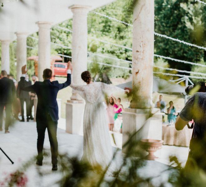 llegada-de-los-novios-al-aperitivo-boda-pazo-do-tambre