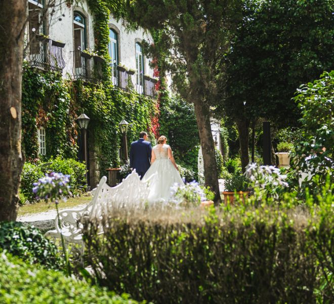 los-novios-paseando-por-los-jardines-de-pazo-do-tambre