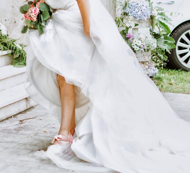 novia-colocandose-el-vestido-en-su-boda-pazo-galicia