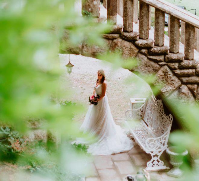 novia-posando-con-su-vestido-de-novia-en-pazo-do-tambre