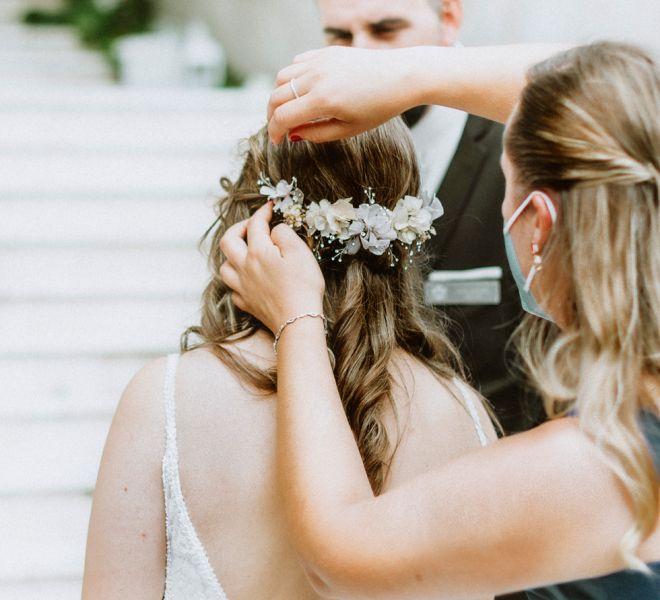 novia-retocandose-el-peinado-bodas-pazo-cerca-de-santiago