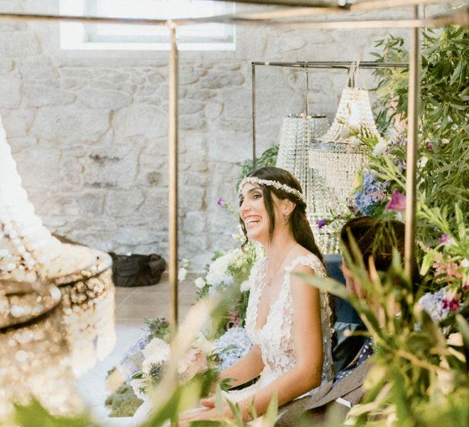 novia-sonriendo-ceremonia-civil-pazo-a-30-minutos-de-santiago