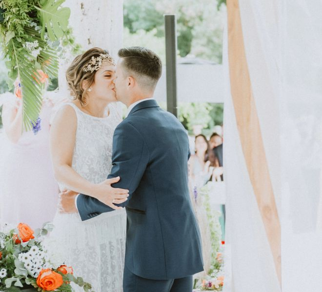 pareja-de-novios-besandose-en-su-boda-santiago