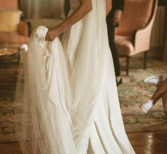 la-novia-con-su-vestido-en-la-suite-nupcial-pazo-do-tambre