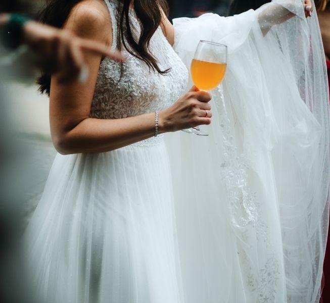 la-novia-disfrutando-del-apertivo-en-el-exterior-pazo-do-tambre