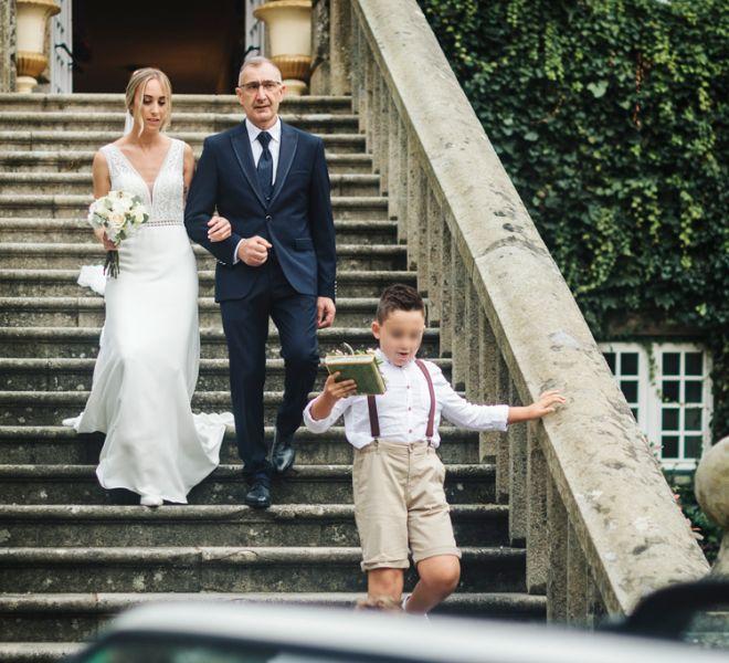 novia-bajando-la-escalinata-pazo-del-sXIX-cerca-de-santiago