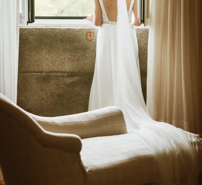 novia-con-su-vestido-mirando-por-la-ventana-de-la-suite-bodas-pazo-santiago