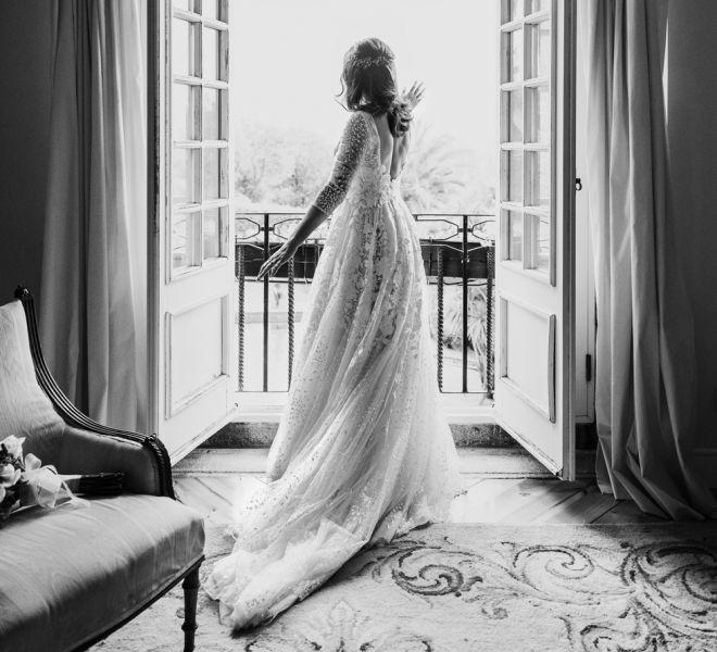 novia-con-su-vestido-saludando-desde-la-suit-nupcial-pazo-do-tambre