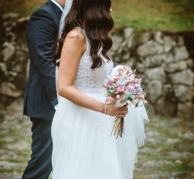 novia-de-camino-a-ceremonia-civil-boda-naturaleza-galicia