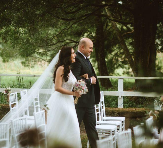 novia-llegando-al-altar-en-el-embarcadero-bodas-naturales-pazo-en-galicia