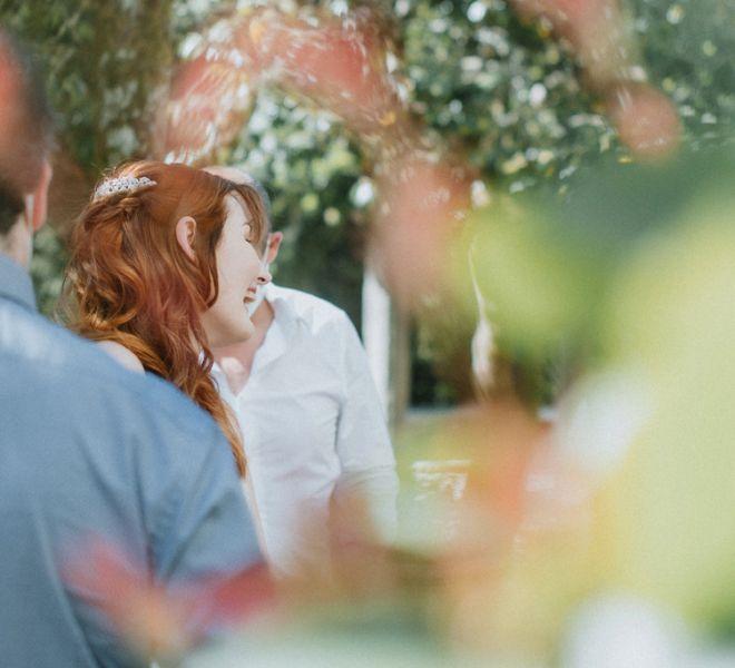 novia-sonriente-en-el-aperitivo-del-banquete-de-bodas-pazo-galicia