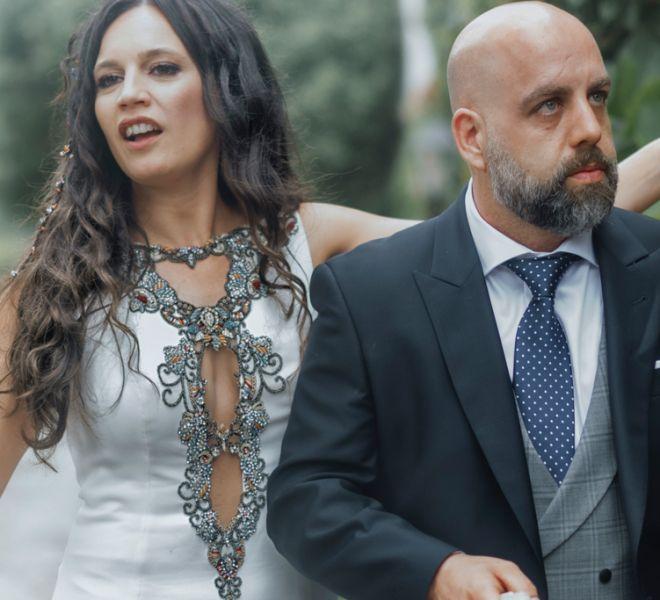 pareja-de-novios-en-los-exteriores-del-pazo-boda