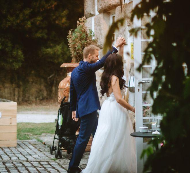 pareja-de-novios-entrando-al-salon-de-bodas-casablanca-banquete-pazo