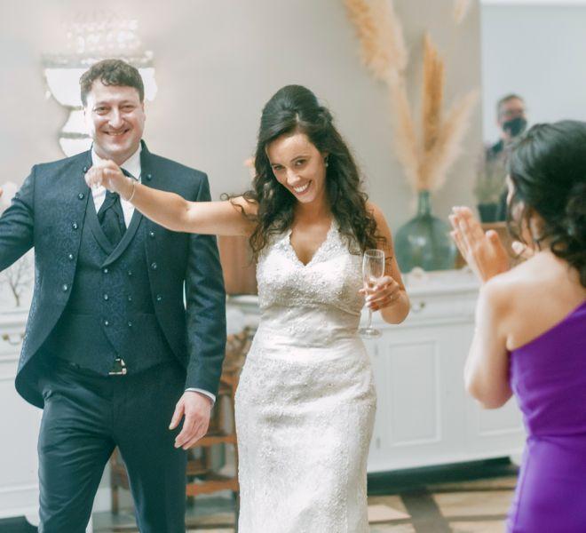 pareja-de-recien-casados-celebran-su-banquete-pazo-santiago