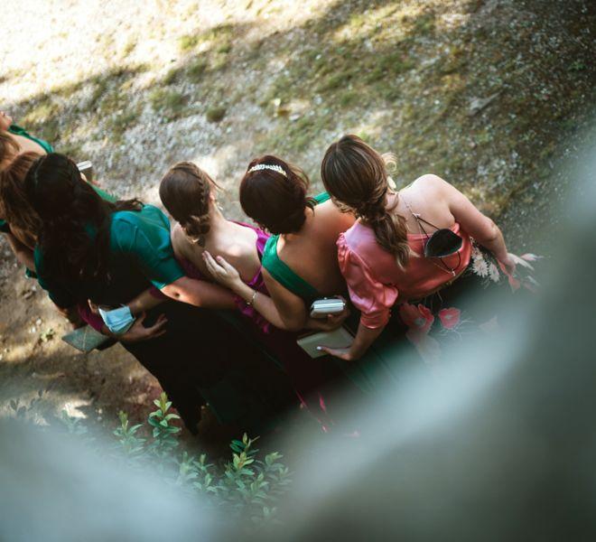 invitadas-boda-septiembre-posando-para-una-foto-en-pazo-do-tambre