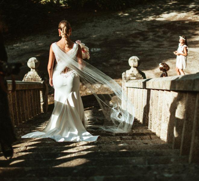novia-bajando-escalinata-antiguo-pazo-gallego-el-dia-de-su-boda-santiago
