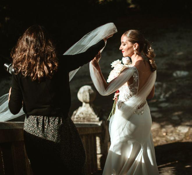 novia-colocando-el-velo-para-fotografa-boda-pazo-do-tambre