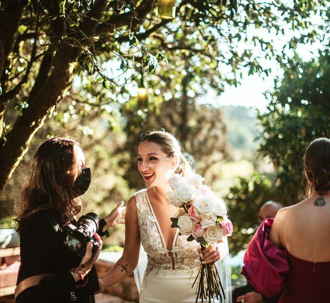 novia-con-invitadas-a-la-boda-en-pazo-do-tambre